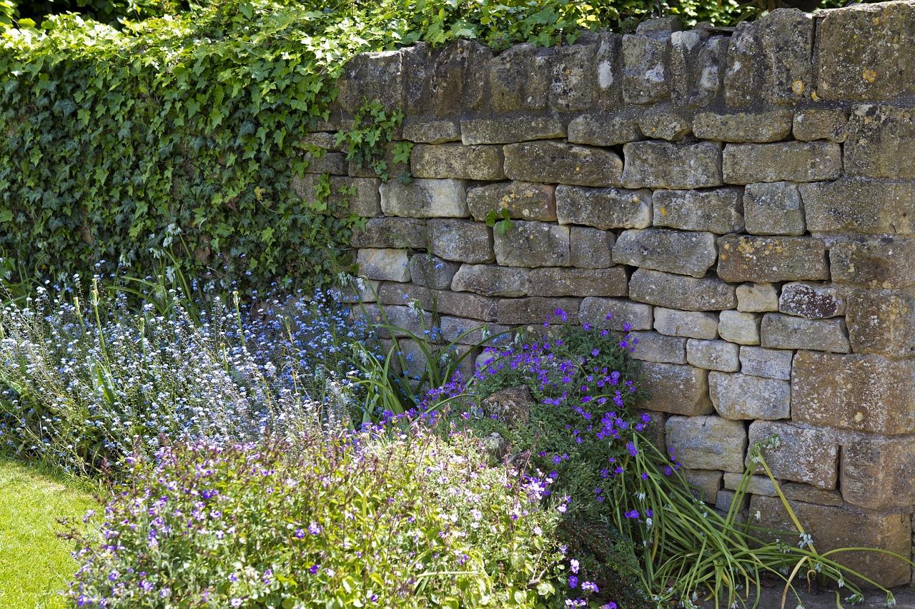 construire un muret de jardin en pierres sèches